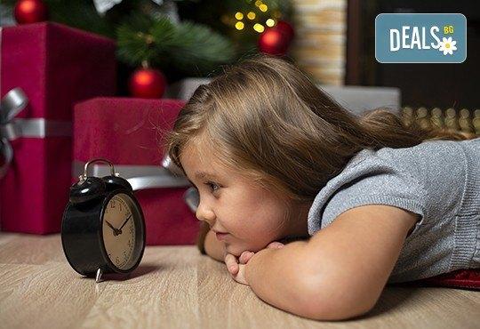 Запечатайте празничните мигове със семейството си! Професионална Коледна фотосесия в студио с 4 декора и 100 обработени кадъра с Chapkanov photography - Снимка 9