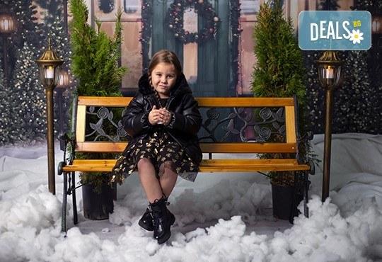 Запечатайте празничните мигове със семейството си! Професионална Коледна фотосесия в студио с 4 декора и 100 обработени кадъра с Chapkanov photography - Снимка 12