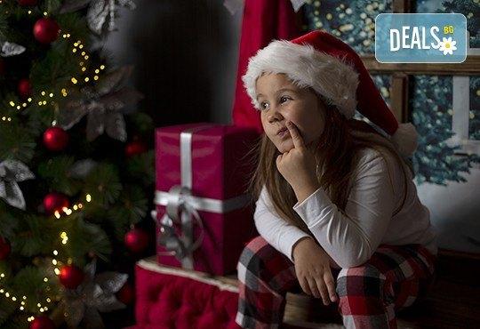 Запечатайте празничните мигове със семейството си! Професионална Коледна фотосесия в студио с 4 декора и 100 обработени кадъра с Chapkanov photography - Снимка 11