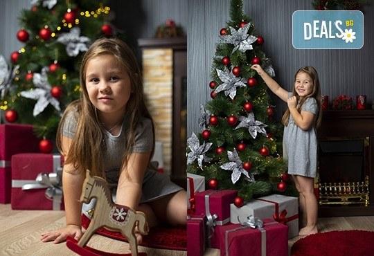 Запечатайте празничните мигове със семейството си! Професионална Коледна фотосесия в студио с 4 декора и 100 обработени кадъра с Chapkanov photography - Снимка 10