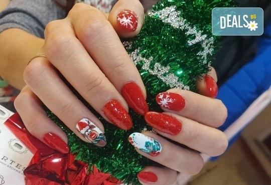 Коледен маникюр с гел лак и 2 или 4 рисувани декорации: Дядо Коледа, елени, снежинки, елха, 3D топки в The Castle of beauty - Снимка 12