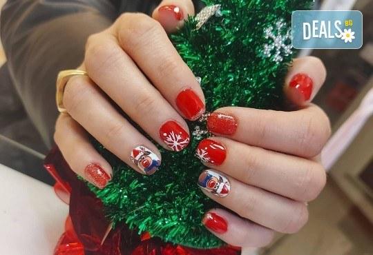 Коледен маникюр с гел лак и 2 или 4 рисувани декорации: Дядо Коледа, елени, снежинки, елха, 3D топки в The Castle of beauty - Снимка 9