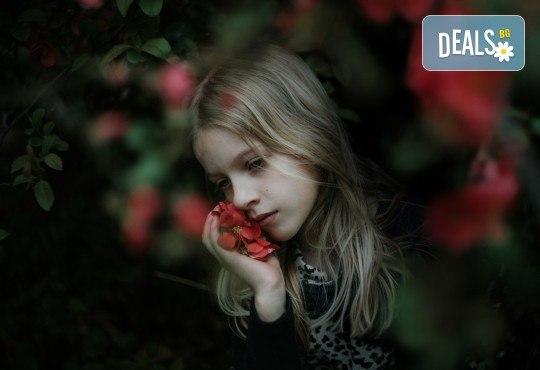 Коледна или зимна семейна, детска или индивидуална фотосесия в студио, в дома на клиента или на открито с 25 обработени кадъра от Фото студио Амели! - Снимка 8