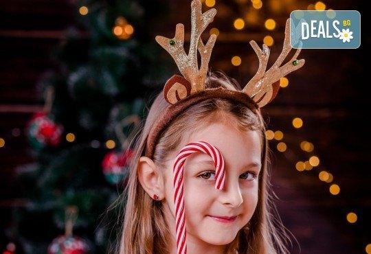 Коледна или зимна семейна, детска или индивидуална фотосесия в студио, в дома на клиента или на открито с 25 обработени кадъра от Фото студио Амели! - Снимка 2