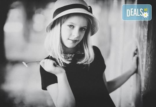 Коледна или зимна семейна, детска или индивидуална фотосесия в студио, в дома на клиента или на открито с 25 обработени кадъра от Фото студио Амели! - Снимка 7