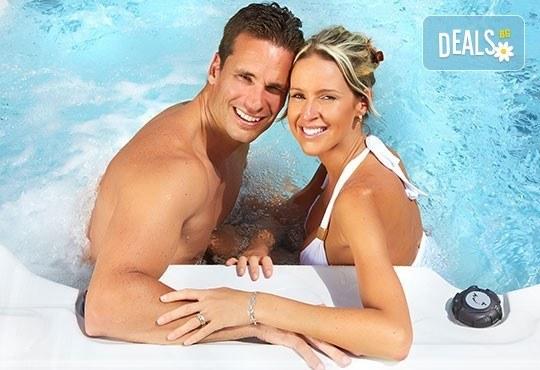 За Свети Валентин! Романтичен СПА пакет за двама в Senses Massage & Recreation - масаж, перлена вана, вино и трансфер с лимузина Lincoln - Снимка 3