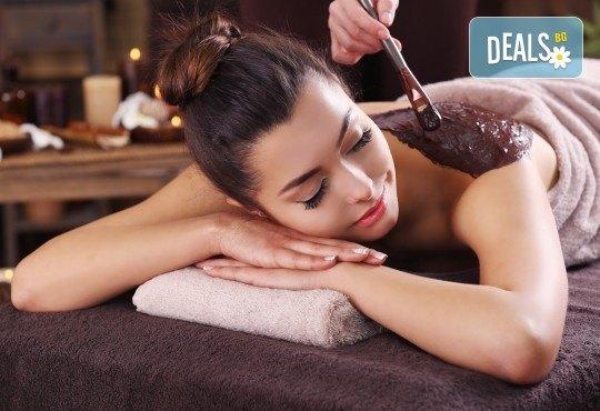100-минутен луксозен СПА пакет Hot Stone с базалтови топли камъни и кристали, шоколадов пилинг и кралски масаж на цяло тяло, лице глава и рефлексотерапия в Wellness Center Ganesha Club - Снимка 3