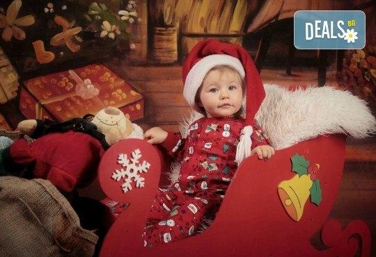 Семейна, детска или индивидуална фотосесия в студиo с разнообразни декори и 10 обработени кадъра от Студио Dreams House - Снимка 1