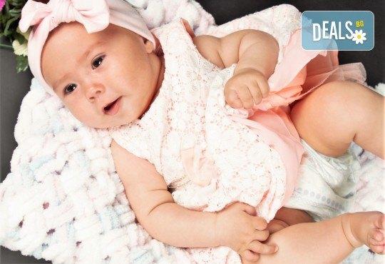 Фотосесия за бебе, в студио с разнообразни декори и 10 обработени кадъра от Студио Dreams House - Снимка 1