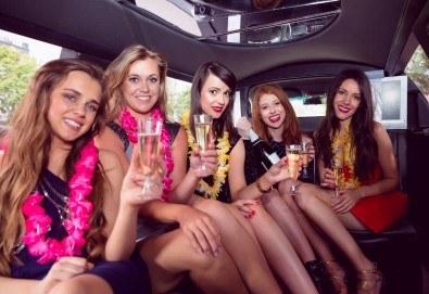 Рожден ден в лимузина! Единственото място за парти по време на COVID-19, лимузина с личен шофьор, бутилка вино и луксозни чаши от San Diego Limousines - Снимка