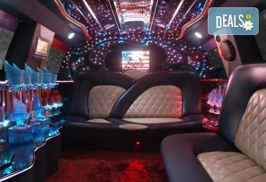 Рожден ден в лимузина! Единственото място за парти по време на COVID-19, лимузина с личен шофьор, бутилка вино и луксозни чаши от San Diego Limousines - Снимка 16