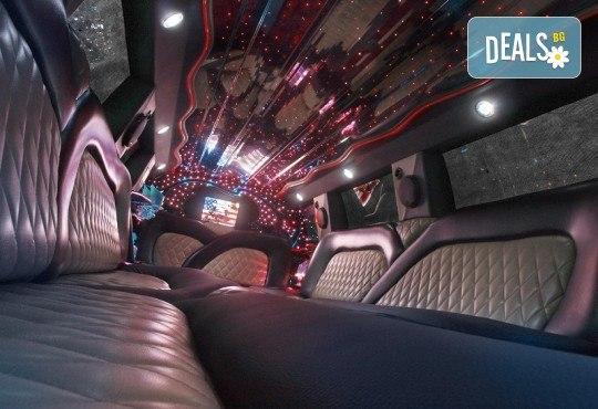 Рожден ден в лимузина! Единственото място за парти по време на COVID-19, лимузина с личен шофьор, бутилка вино и луксозни чаши от San Diego Limousines - Снимка 6