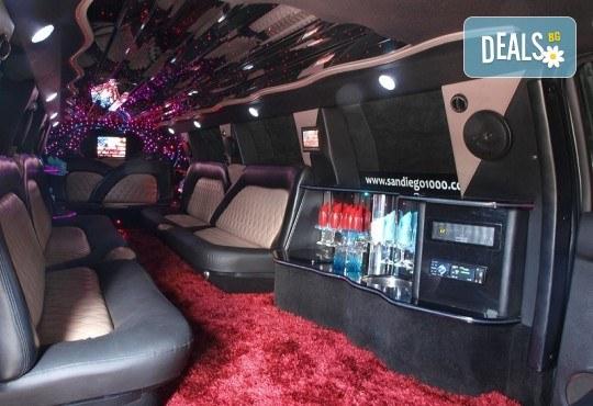 Рожден ден в лимузина! Единственото място за парти по време на COVID-19, лимузина с личен шофьор, бутилка вино и луксозни чаши от San Diego Limousines - Снимка 11