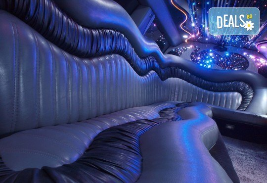 Рожден ден в лимузина! Единственото място за парти по време на COVID-19, лимузина с личен шофьор, бутилка вино и луксозни чаши от San Diego Limousines - Снимка 12