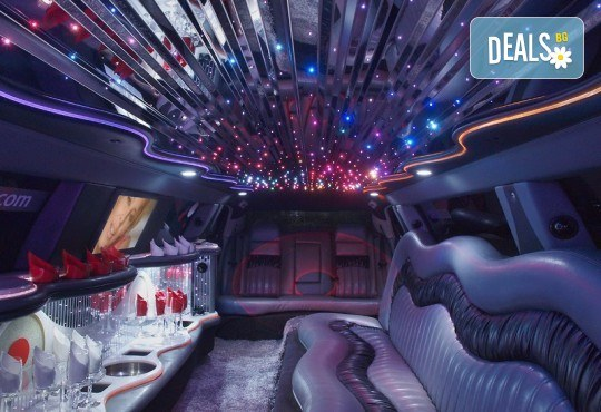 Рожден ден в лимузина! Единственото място за парти по време на COVID-19, лимузина с личен шофьор, бутилка вино и луксозни чаши от San Diego Limousines - Снимка 13