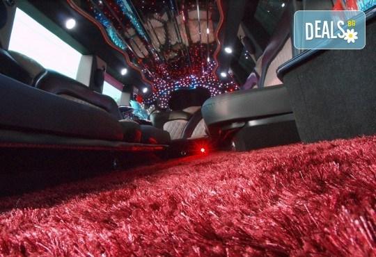 Рожден ден в лимузина! Единственото място за парти по време на COVID-19, лимузина с личен шофьор, бутилка вино и луксозни чаши от San Diego Limousines - Снимка 4