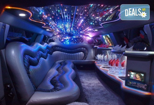 Рожден ден в лимузина! Единственото място за парти по време на COVID-19, лимузина с личен шофьор, бутилка вино и луксозни чаши от San Diego Limousines - Снимка 2