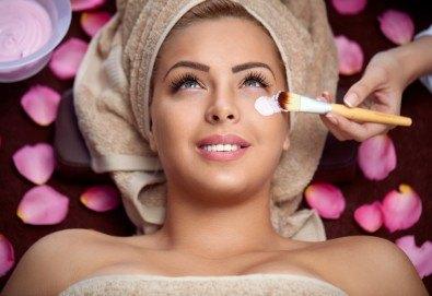 Козметичен масаж на лице и терапия според индивидуалните нужди на всеки клиент: почистваща, анти-ейдж, анти-акне или хидратираща, във фризьоро-козметичен салон Вили - Снимка