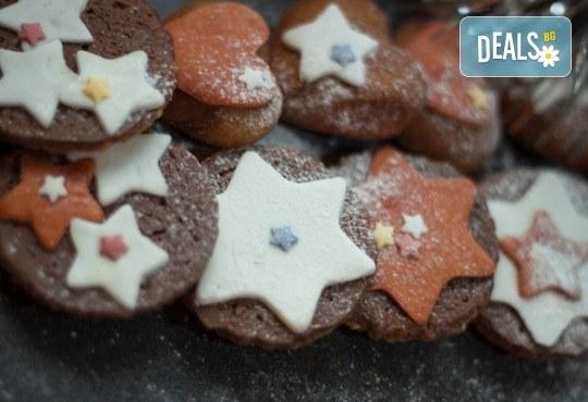Коледно изкушение! Плато от 18 бр. бисквити с овесени ядки, шоколад, декорирани с фондан от Кулинарна работилница Деличи - Снимка 1