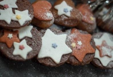 Коледно изкушение! Плато от 18 бр. бисквити с овесени ядки, шоколад, декорирани с фондан от Кулинарна работилница Деличи - Снимка