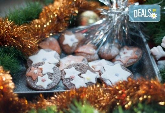 Коледно изкушение! Плато от 18 бр. бисквити с овесени ядки, шоколад, декорирани с фондан от Кулинарна работилница Деличи - Снимка 2