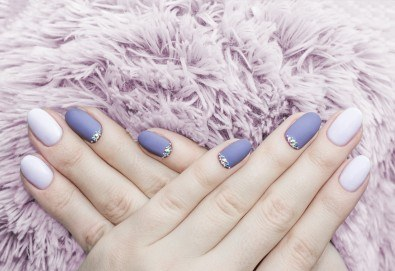 Изящен стил! Дълготраен маникюр с гел лак BlueSky с 2 декорации в Салон Фемили (Inni Nails Art) - Снимка