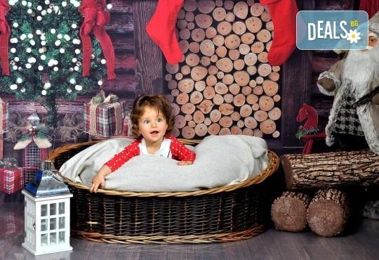 Коледна или зимна фотосесия в студио с 3 различни декора, 160-180 кадъра и подарък Фотокнига, от Photosesia.com - Снимка 2