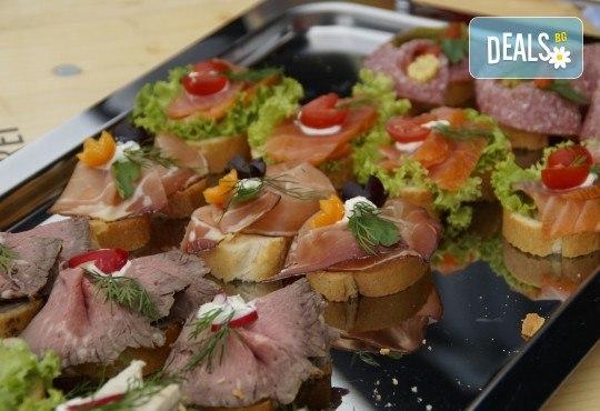 За Коледа! Празничен сет от 250 бр. коктейлни хапки в 9 плата, аранжирани за директно сервиране от Кулинарна работилница Деличи - Снимка 6