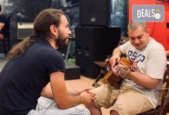1 или 2 урока по пеене, китара, барабани, пиано, бас китара, саксофон, гайда или друг инструмент при преподавател в Rock School - Снимка 22