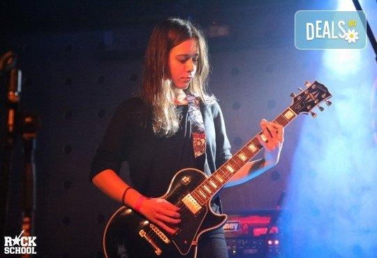 1 или 2 урока по пеене, китара, барабани, пиано, бас китара, саксофон, гайда или друг инструмент при преподавател в Rock School - Снимка 16