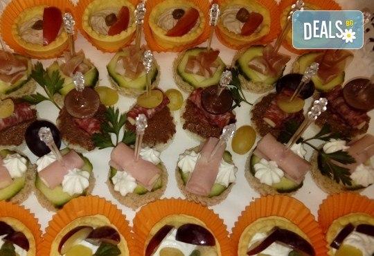 За Рожден ден! Празничен сет от 250 бр. коктейлни хапки в 9 плата, аранжирани за директно сервиране от Кулинарна работилница Деличи - Снимка 2