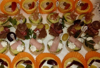 За Рожден ден! Празничен сет от 250 бр. коктейлни хапки в 9 плата, аранжирани за директно сервиране от Кулинарна работилница Деличи - Снимка