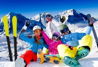 На ски в Боровец! Еднодневен наем на ски или сноуборд оборудване за възрастен или дете от Ски училище Hunters - Снимка