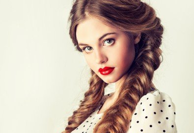 Освежете прическата си! Подстригване, арганова терапия за коса с инфраред преса и плитка или оформяне с преса в студио Relax Beauty & Spa - Снимка