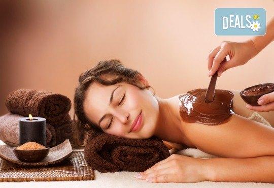 Отдайте се на изкушението! Шоколадов масаж на цяло тяло с комплимент: чаша вино и шоколадово изкушение в масажно студио Спавел - Снимка 2