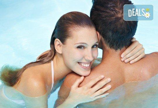 90 минути Любовен елексир! Синхронен масаж за двама с вана, масло от ягоди и шампанско, цветна романтика и комплимент бяло вино Шардоне от Senses Massage & Recreation - Снимка 2