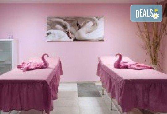 90 минути Любовен елексир! Синхронен масаж за двама с вана, масло от ягоди и шампанско, цветна романтика и комплимент бяло вино Шардоне от Senses Massage & Recreation - Снимка 7