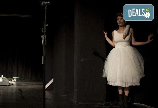 Хитовата комедия на Теди Москов Аз обичам, ти обичаш, тя обича на 7-ми март (неделя) в Малък градски театър Зад канала - Снимка 6