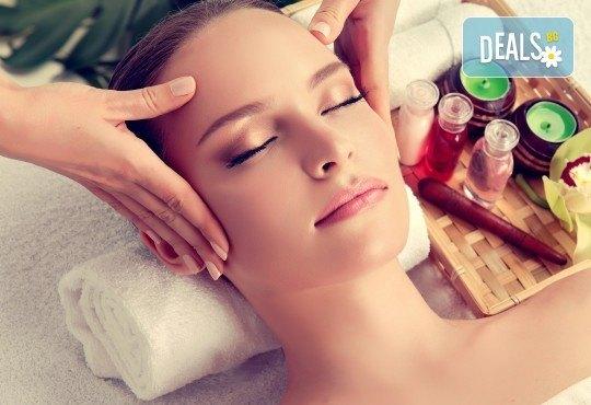 Мануален масаж и пилинг на лице, шия и деколте с испанската козметика Belnatur в Бутиков салон Royal Beauty Room - Снимка 1