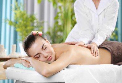 Дълбокотъканен масаж на гръб, врат, рамене и кръст с портокалов мед за масажи в Салон за красота Вили - Снимка