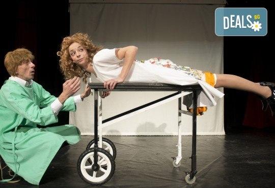 Хитовата комедия на Теди Москов Аз обичам, ти обичаш, тя обича на 28-ми март (неделя) в Малък градски театър Зад канала - Снимка 1