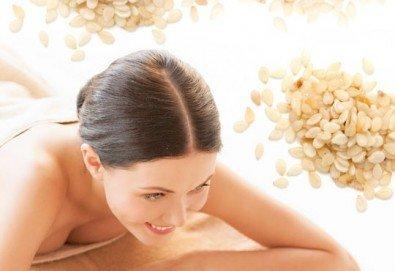 Оздравителен масаж на цяло тяло със сусамово масло, богато на калций, цинк, витамини А, B1 и Е и зонотерапия в Спа център Senses Massage & Recreation - Снимка