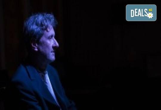 Комедията Поп фолк хроники: бели птици и куршуми на 11-ти април (неделя) в клуб-фоайе При жабите в Малък градски театър Зад канала - Снимка 10