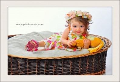 Великденска фотосесия в студио с 3 различни декора, 160-180 кадъра и подарък Фотокнига, от Photosesia.com - Снимка
