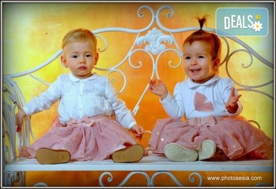 Великденска фотосесия в студио с 3 различни декора, 160-180 кадъра и подарък Фотокнига, от Photosesia.com - Снимка 5