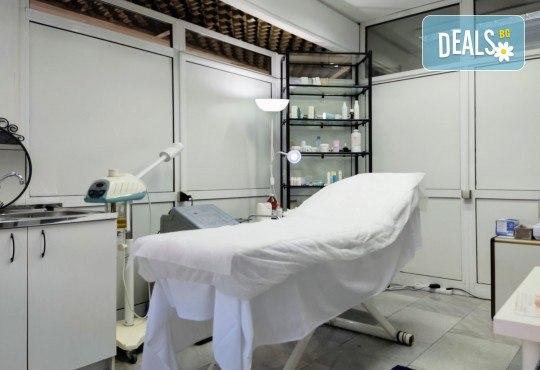 Луксозна Кралска терапия за лице - с механична екстракция, водно дермабразио, ултразвуков и RF лифтинг с подмладяващи серуми от Esthetic Center Adoree - Снимка 9