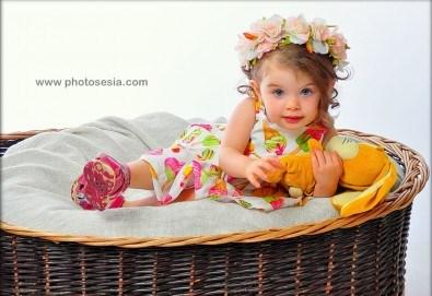 Есенни декори! Семейна, детска или фотосесия за влюбени + подарък фотокнига от Photosesia.com - Снимка