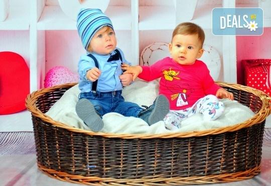 Романтична, семейна или детска фотосесия + фотокнига от Photosesia.com