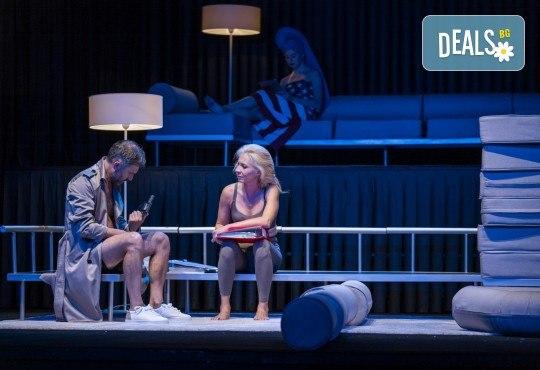 Гледайте Весела Бабинова, Христо Пъдев и Анастасия Лютова в Сцени от един семеен живот на 03-ти юни (четвъртък) в Малък градски театър Зад канала - Снимка 3