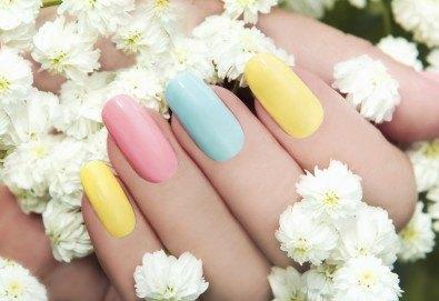 Поставяне на UV/ LED гел върху естествен нокът, маникюр с гел лак и 2 декорации в Салон за красота B Beauty! - Снимка